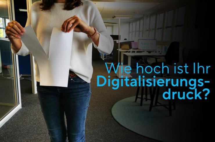 Frau zerreisst Papier, will digital unterwegs sein, Digitalisierung